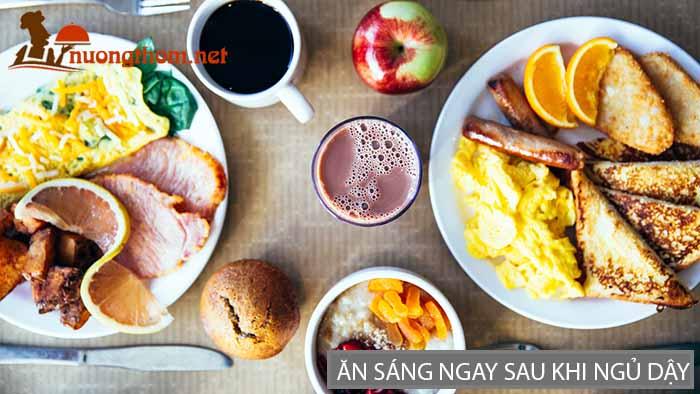 Ăn sáng ngay sau khi ngủ dậy là thói quen không tốt