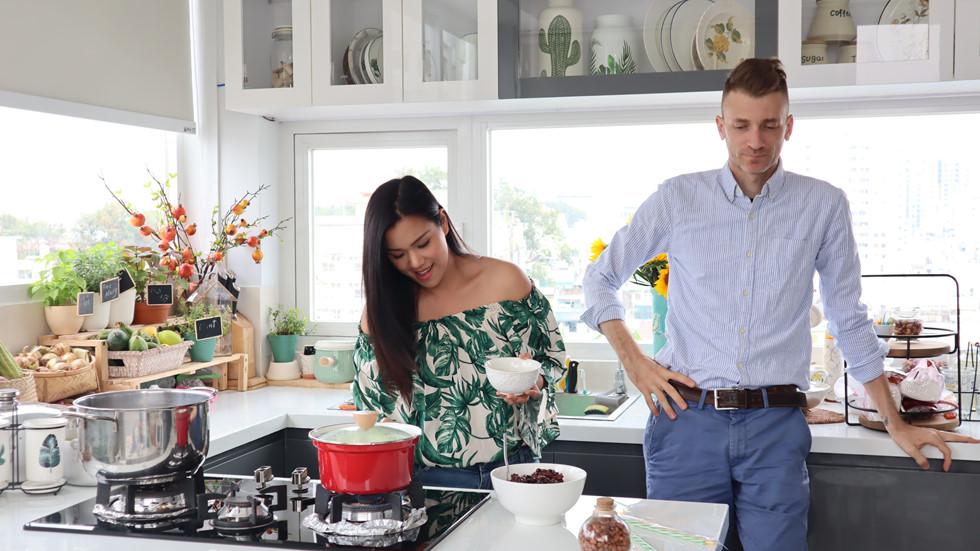 Kaity Nguyễn cùng chồng vui vẻ nấu ăn