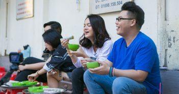 Hamlet Trương và Phạm Quỳnh Anh bị hút hồn bởi các món ăn vỉa hè