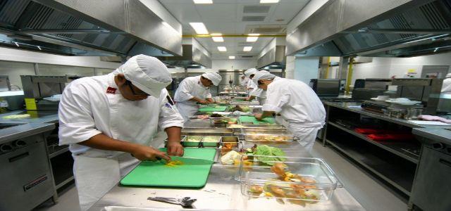 Khu vực sơ chế trong bếp công nghiệp của nhà máy