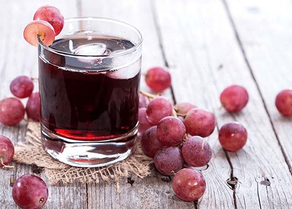 Rượu Vang nho lên men sẽ có màu đỏ hoặc đỏ hồng có mùi thơm đặc trưng.